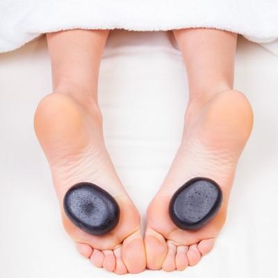 Soin des pieds aux pierres chaudes | Clinique Esthétique Laroche